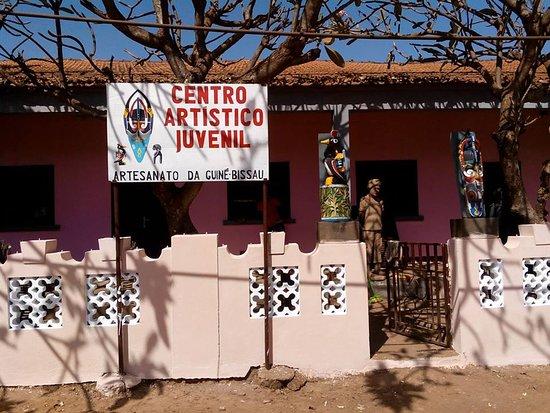 Bissau, Guinea-Bissau: Centro Artistico Juvenil, escola de artesanato e venda ao publico