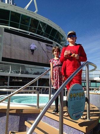 Majesty of the Seas: Kids by the pool