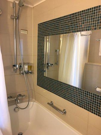 Prinsendam: Tub and shower