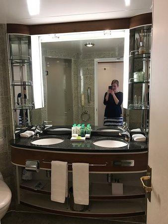 Silver Shadow: Double sink and vanity in verandah Suite bathroom