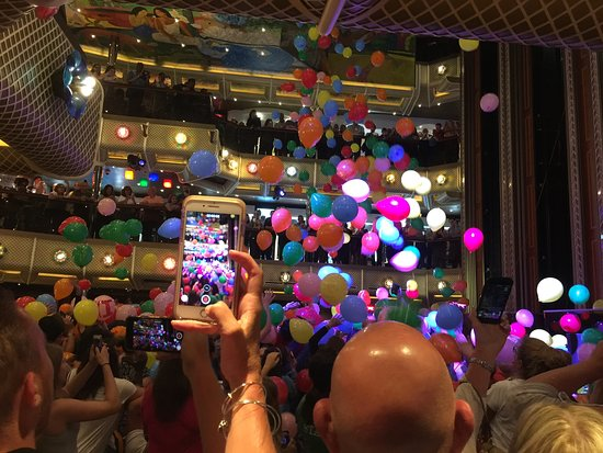 Carnival Conquest: Last night balloon drop