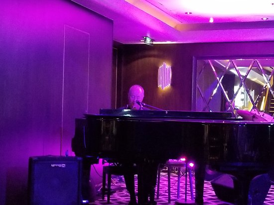 Norwegian Dawn: Paul Mullins playing at Gatsby's