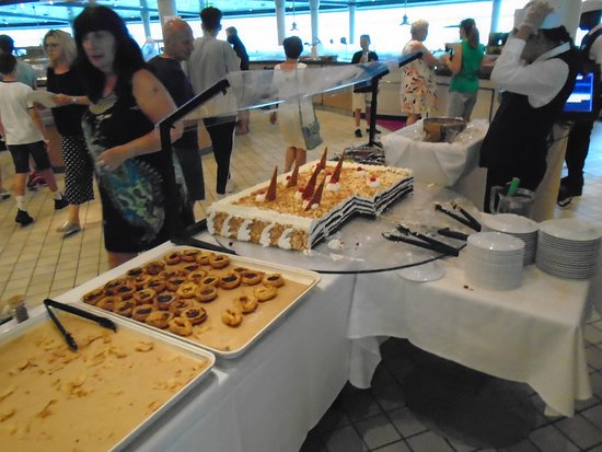 Navigator of the Seas: cakes in windjammer