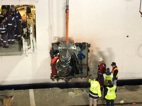 Norwegian Star: Installing an engine part in Barcelona.