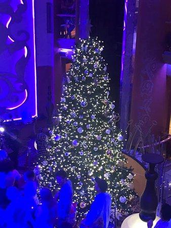 Brilliance of the Seas: Beautiful tree in the Centrum.