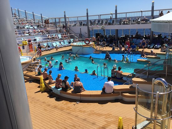 Norwegian Star: Typical pool crowd