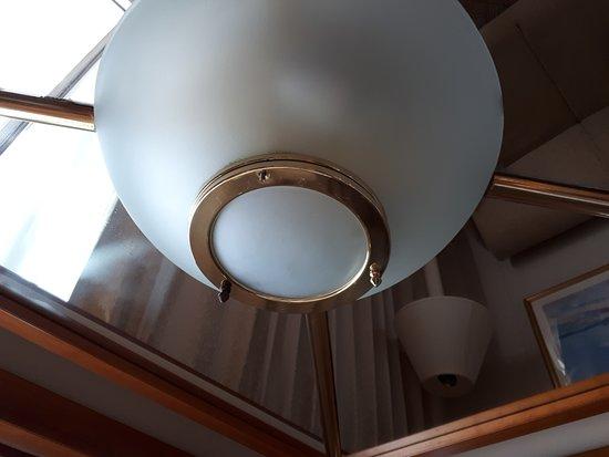 Sun Princess: Nuts missing on overhead light.