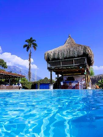 Amaga, Colombia: Kiosko hamaquero y piscina principal