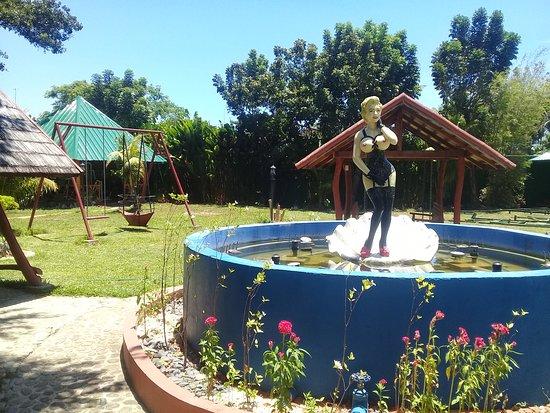 garden and Marlyn Monroe fountain