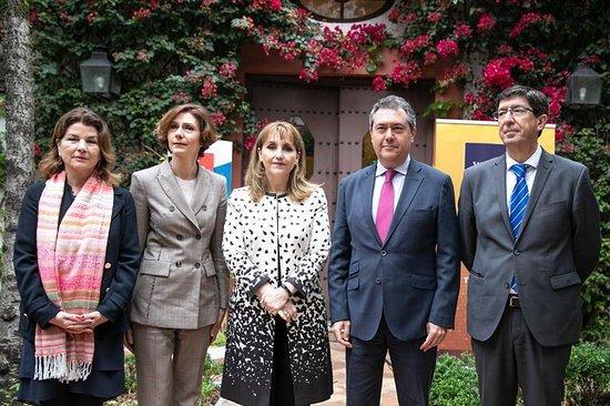 Siviglia, Spagna: Presentación oficial de la Cumbre Mundial de Turismo 2019. La secretaria de Estado de Turismo, Isabel María Oliver (2i); la presidenta del Consejo Mundial de Viajes, Gloria Guevara (3i); El alcalde de sevilla, Juan Espadas (2d) y el vicepresidente de la Junta, Juan Marín (1d).