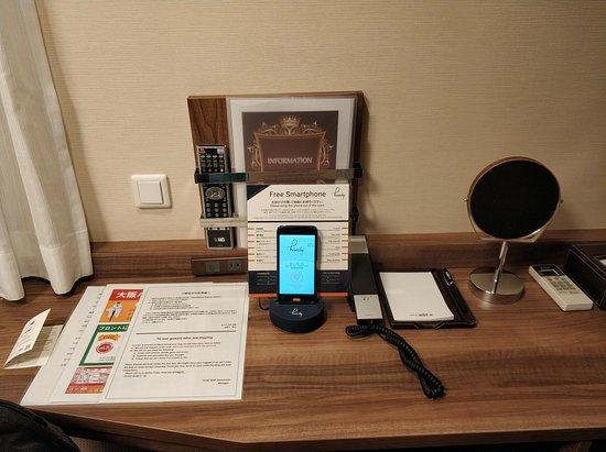 Meja kamar dan smartphone yang boleh dipinjam