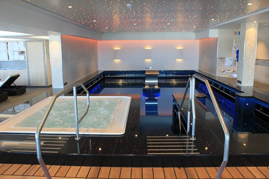 Norwegian Escape: Spa pool and Jacuzzi area