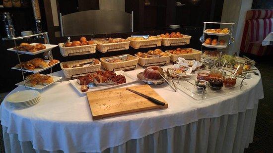 AmaCerto: Breakfast bread table.