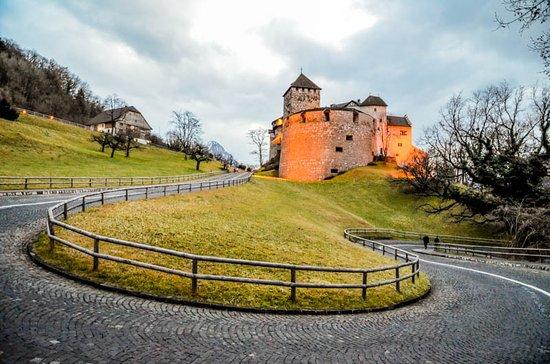"""Λιχτενστάιν: """"Puede parece una banalidad, pero alcanzar la ciudad de Vaduz en el Principado de Liechtenstein, uno de los estados más pequeños de Europa, dominado por el majestuoso Castillo Medieval, ha sido un pequeño sueño desde que lo vimos por primera vez. Previamente, unas cataratas en el Alto Rhin, y dos pueblecitos innombrables (Schaffhausen y Stein Am Rhein) antes de atravesar la invisible frontera, nos han dejado una ruta de lo más maravillosa."""""""