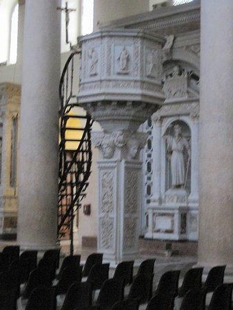 Meget smuk prædikestol på marmorsøjle