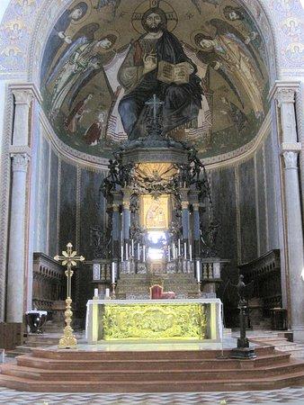 En enorm og meget smuk mosaik af Gud pryder kuplen over alteret