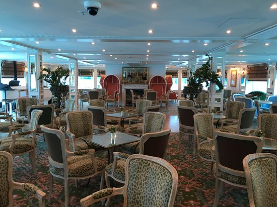 S.S. Catherine: Lounge where amazing singers and pianist would provide gorgeous music whils
