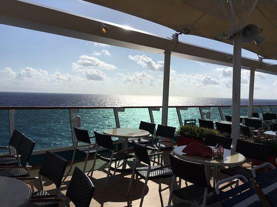 Empress of the Seas: Pool deck