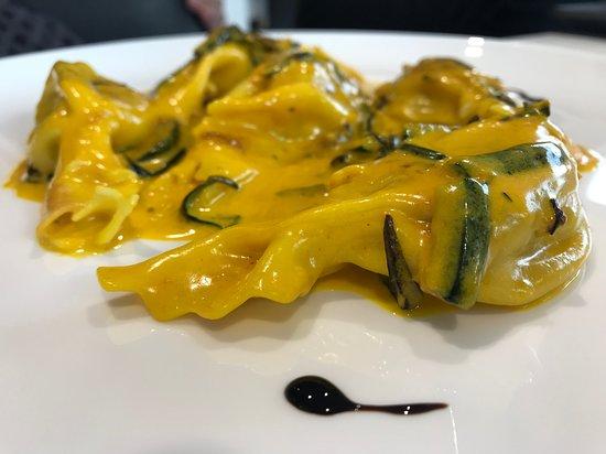 Caramelle al radicchio e speck, con zucchine e zafferano