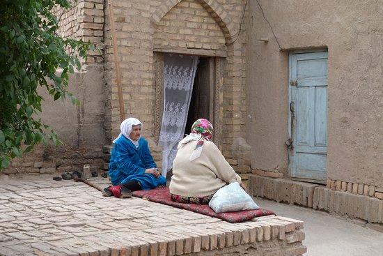 Un pomeriggio in una tranquilla via di Khiva