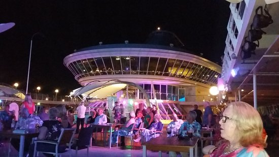 Marella Discovery: Caribbean party on pool deck