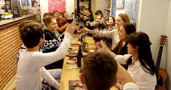 Azurlingua, ecole de langues Nice, France: Dégustation de fromages et de vins pour nos étudiants adultes