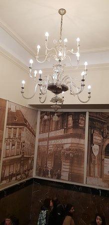 Cafe Louvre: lustre dans l'escalier en montant dans la salle