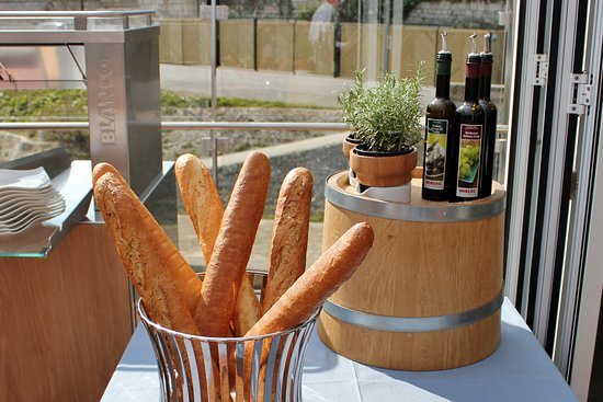 Viking Rolf: French wine and french bread!