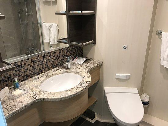 Harmony of the Seas: Junior Suite Bathroom