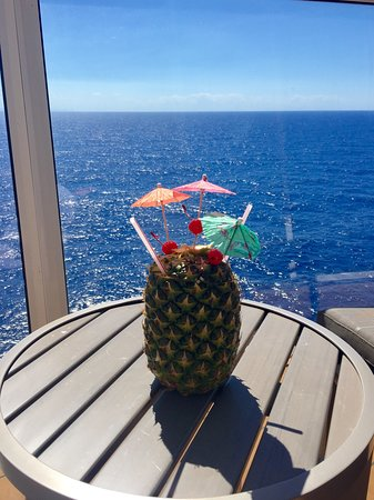 Harmony of the Seas: Balcony of cabin with drink in pineapple