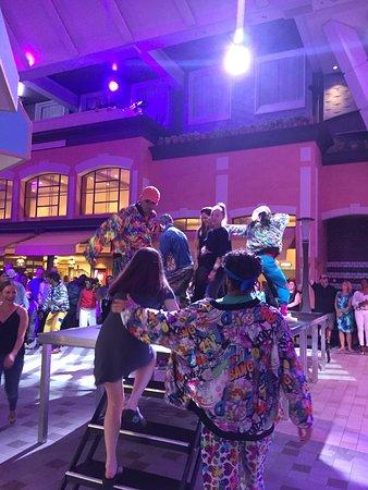 Harmony of the Seas: 90s dance party