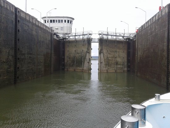 AmaSerena: Travelling through a lock.