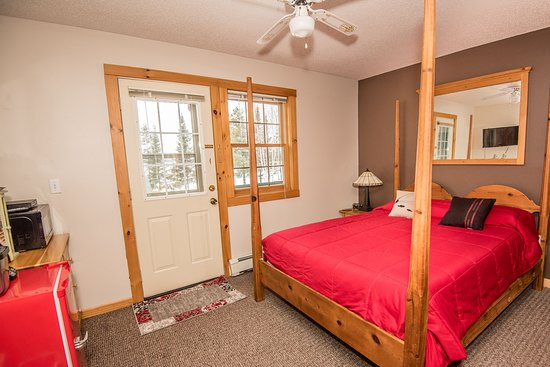 Single Queen Guest Room at Skyport Lodge