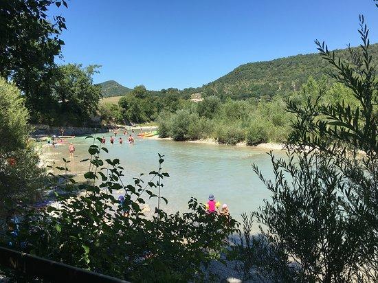 Rivière Drôme au pied du camping les chamberts. Accès direct avec plage privée.