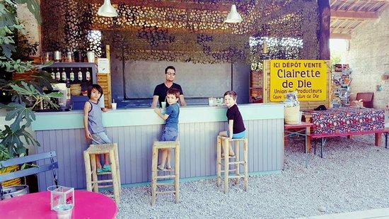 Espace bar-snack dans un esprit bohème chic au camping les chamberts, en bord de drôme, la rivière.