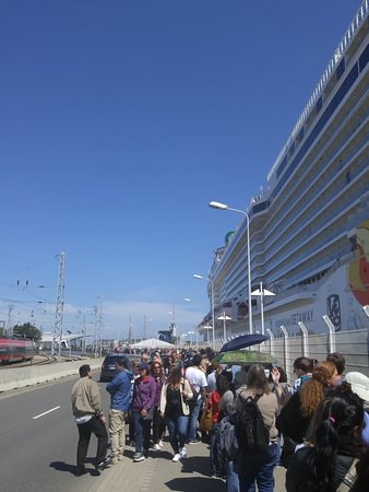 Norwegian Getaway: The line in Wandermunde to get back on the ship