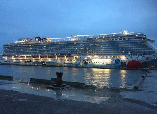 Norwegian Breakaway: Ship at the port of Nassau around 20:00pm
