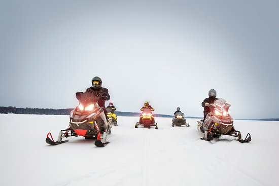 Skyport Lodge: Snowmobilers on Devil Track Lake
