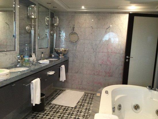 Riviera: Main bathroom - Vista Suite