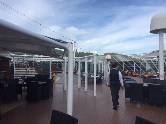 MSC Divina: Yacht Club pool and cafe area