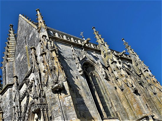 La chapelle Jean Boucard (ce dernier était trésorier de la collégiale), chapelle des hospices de l'Aumônerie, accueillait des pauvres et des lépreux, 4 lits pour les femmes et 4 pour les hommes avec deux entrées distinctes.