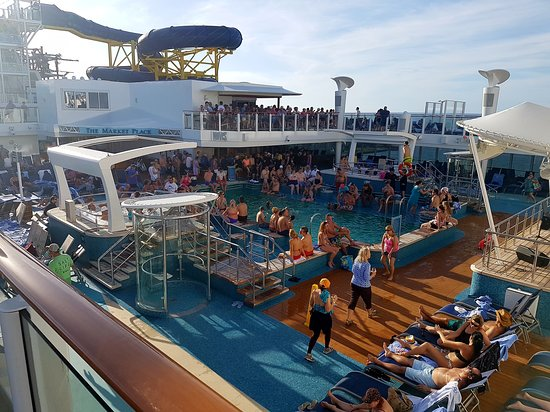 Norwegian Escape: Main pool bar quite crowded.