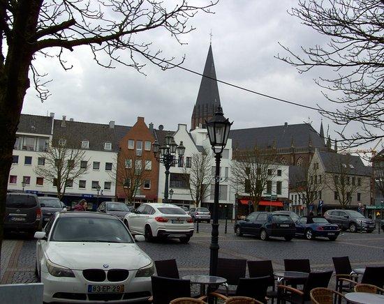 Arnold Jansen Denkmal:: Blick von Eis Cafe auf den Marktplatz von Goch.