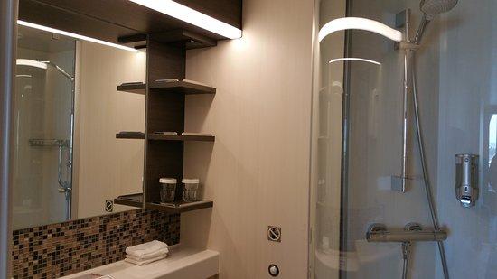 Ovation of the Seas: Bathroom