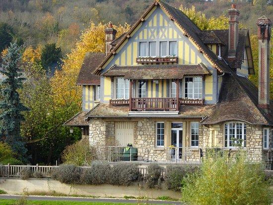 Viking Kadlin: House along the river