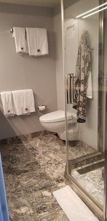 MSC Seaside: YC1 (deluxe suite) bathroom