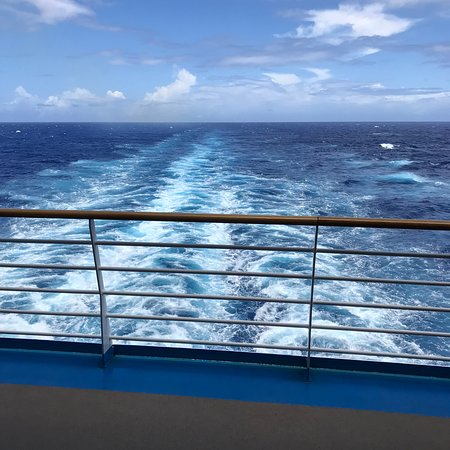 Harmony of the Seas: the extremely small amount of wake the ship makes
