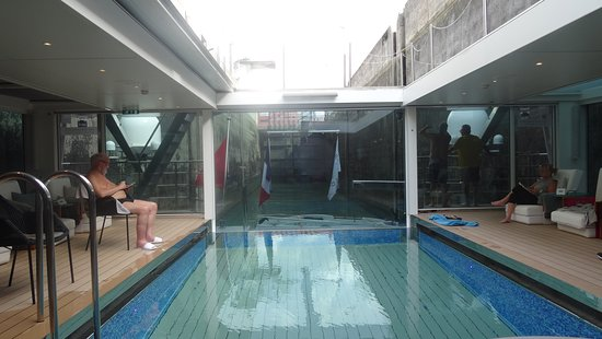 Emerald Liberte: Small, cozy enclosed pool area with wonderful comfy chairs and retractable