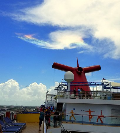 "Carnival Breeze: ""Fire rainbow"" just before departure"