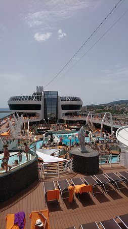MSC Divina: The outdoor pool on a port day